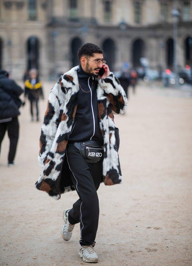 homme portant une banane et un manteau graophique